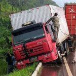 Caminhão baú perde o controle e fica pendurado no meio fio