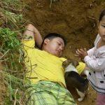 """Pai leva filha com doença rara diariamente a túmulo para """"ir se acostumando""""; veja foto"""
