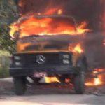 Para se vingar de agressão, mulher põe fogo em caminhão do marido.