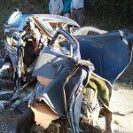 Violenta colisão entre fusca e caminhão mata uma pessoa