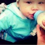 """Bebê morre de fome após """"mãe"""" trancar o filho por uma semana em casa"""
