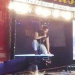 Veja video: Luan Santana sofre acidente durante show