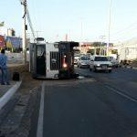Agora: Acidente com caçamba gera congestionamento na Estrada do Coco