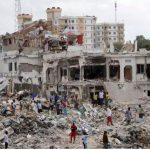 Caminhão-bomba  explode e deixa mais de 180 mortos