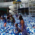 Crianças do Caps Infantil brincam na Piscina de Bolinhas do Shopping