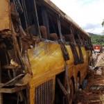 Um ônibus que seguia da Bahia para São Paulo tomba; 6 pessoas morrem e 13 ficam feridas em acidente gravíssimo na BR-381