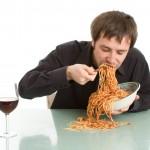 Comer muito rápido faz mal para a saúde! Veja porque