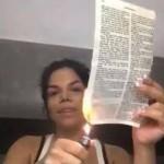 Socialite que fez comentários RACISTAS contra Titi, queima Bíblia em vídeo