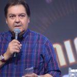 Faustão hostiliza musica de fim de ano da Globo ao vivo no programa