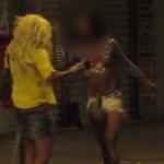 Youtuber recebe facada de travesti após pegadinha como garota de programa. Vídeo