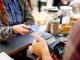 Pagar mais caro por comprar no débito ou credito