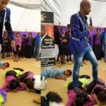 Pastor diz ser santo e para não pisar no chão ele usa crianças como tapete