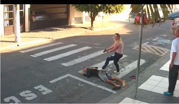Mãe mata ladrão armado em frente a uma escola