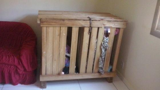 Crianças são encontradas trancados dentro de caixote