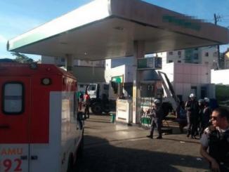 Caminhão invade posto, mata uma pessoa e seis ficam feridos em Salvador