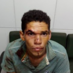 Filho drogado esfaqueia a mãe grávida, mata cachorro e come o coração do animal