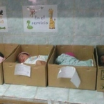 Crise: Bebês dormem em caixas de papelão em hospital na Venezuela
