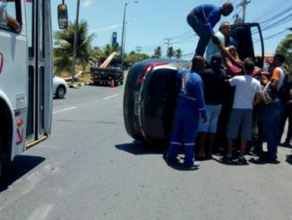 Carro fica destruído após capotar na Estrada do Coco