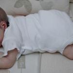 Pai cola olhos e boca de bebê pra ele parar de chorar