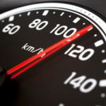Menino de 7 anos dirige carro a 120km/h em rodovia e ultrapassa caminhão