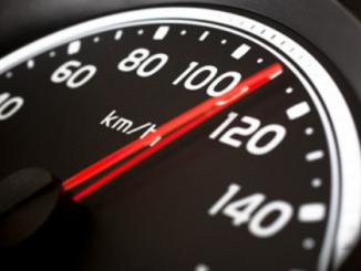 Menino de 7 anos dirige carro a 120km/h