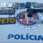 Dupla é presa em Lauro de Freitas com 9 celulares e arma de brinquedo