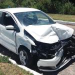 Ladrões roubam veículo, são perseguidos e batem em 3 carros na Paralela