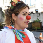 Mulher de Bolsonaro se disfarça de palhaço e faz ação social nos semáforos