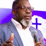 Pastor expulsa homem que foi ao culto vestido de mulher! Assista