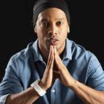 Ronaldinho decreta fim de relacionamento duplo e noivas são despejadas da mansão dele