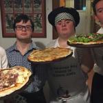"""Após serem rejeitados para emprego, amigos com """"Síndrome de Down"""" abrem pizzaria"""
