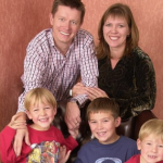 Homem processa a ex-esposa após descobrir que ele não é o pai dos 3 filhos dela