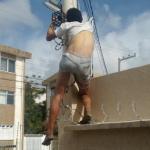 Dono de cerca elétrica é preso por colocar vida de assaltante em risco