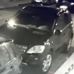 Vídeo do homem que atropela esposa e esmaga perna dos filhos por ciúmes