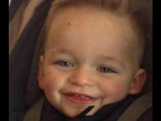 Mãe manda filho de 3 anos calar a boca sendo esmagado pelo namorado