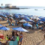 """Banhistas vãoà praia de """"mala e cooler"""" e quebram comerciantes"""