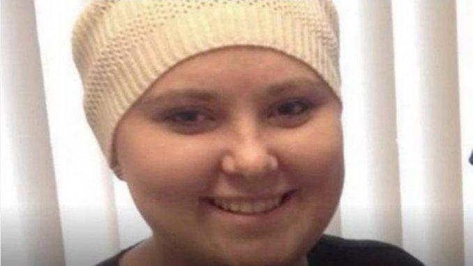 Mulher raspa a cabeça fingindo ter câncer pra ganhar dinheiro