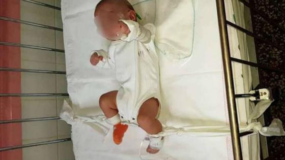 Enfermeira amarra bebê de 5 meses na cama do hospital