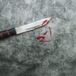 Mãe é presa após furar a cabeça do filho de 7 anos com uma faca