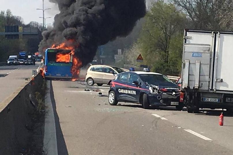 Motorista sequestra e coloca fogo em ônibus cheio de crianças