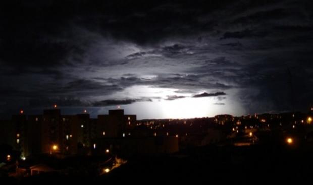 Clarão no céu assusta moradores