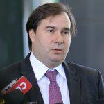 """""""Está brincando de ser presidente"""", diz Rodrigo Maia sobre Bolsonaro"""