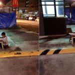 Menino morador de rua usa luz do McDonald's para fazer lição de casa! Emocionou o mundo