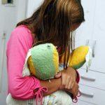 Menina de 14 anos luta com padrasto para não ser estuprada