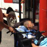 Mulher com filho cadeirante se joga na frente do ônibus para ter acesso ao veículo em Lauro de Freitas