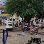 IMAGEM FORTE: Homem mata irmão com facada e espera a chegada da polícia