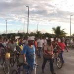 Grupo protesta após chacina com 6 mortos em Lauro de Freitas