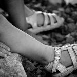 Menina de 6 anos é estuprada pelos pais e por mais 4 vizinhos