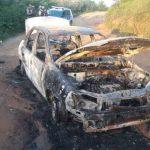 Corpo é encontrado carbonizado dentro de carro incendiado na Itinga