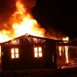 Homem coloca fogo na casa com esposa e os três filhos dentro